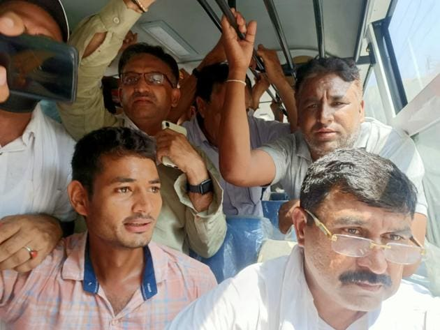 Independent Meham MLA Balraj Kundu (extreme right) and his supporters were finally allowed to proceed to Pipli near Kurukshetra, to take part in the farmers' protest on Thursday.(HT Photo)