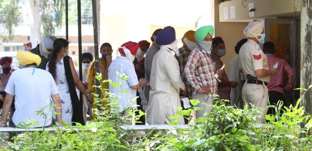 Long queues at a bill payment centre in Mohali with no special queues for senior citizens.(HT photo)