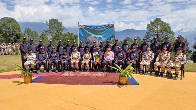 The ITBP team which left for the mountaineering expedition on Wednesday in Uttarkashi.(HT photo)