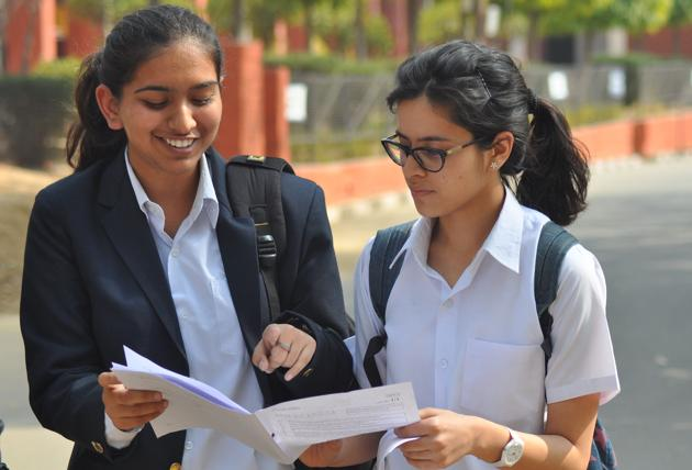 Latest Union home ministry guidelines permit states and UTs to call 50% of teaching and non-teaching staff for online teaching, tele-counselling and related work from September 21.(HT Photo)