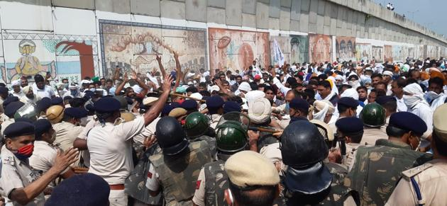 Members of Bhartiya Kisan Union blocked National Highway-44 near Kurukshetra after a proposed protest rally of farmers and commission agents was foiled by heavy police presence at Pipli Grain Market in Kurukshetra District, Haryana.(Neeraj Mohan/Hindustan Times)