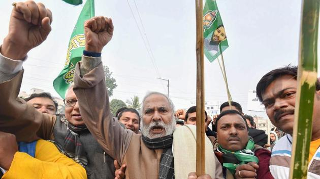 RJD Vice President Raghuvansh Prasad Singh with supporters raises slogans during a demonstration against NRC and Citizenship (Amendment) Act (CAA) during Bihar Bandh, in Patna. Singh died at All India Institute of Medical Sciences (AIIMS) in Delhi on Sunday.(PTI)
