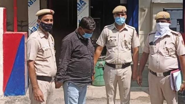 The conman, identified as Ajay Sharma, was arrested from his home at Sahibabad in Uttar Pradesh's Ghaziabad on Sunday, a day after the food grain merchant from north Delhi's Lahori Gate Naya Bazar filed a cheating complaint at the local police station, said deputy commissioner of police (north) Anto Alphonse. (HT Photo)