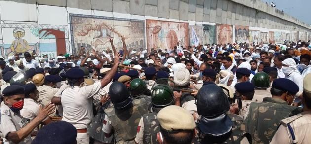 Farmers from across Haryana being prevented from reaching Pipli grain market near Kurukshetra to hold a protest against the three farm ordinances last week. The administration eventually relented but not before the farmers were lathicharged in a bid to disperse them.(HT file photo)