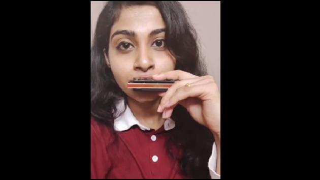 The clip shows Shetty playing the harmonica.(Instagram/@akankshashettyy)