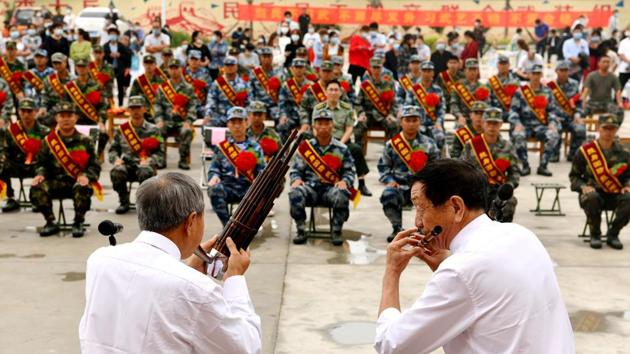 Performers play musical instruments at a ceremony to welcome new recruits of Chinese People's Liberation Army (PLA), in Shijiazhuang, Hebei province on September 15.(Reuters)