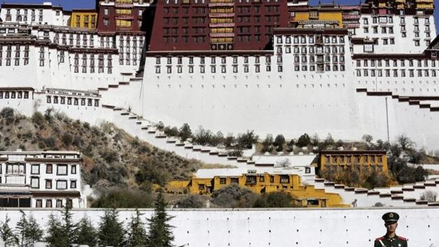 A paramilitary policeman stands guard in front of the Potala Palace in Lhasa, Tibet Autonomous Region, China.(REUTERS)