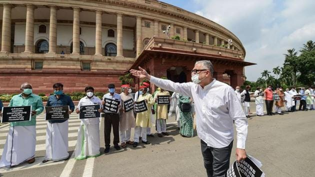 TMC MP Derek O'Brien gestures as other opposition lawmakers protest against the recent farm and labour bills, during the ongoing Monsoon Session, at Parliament House in New Delhi, Sept. 23, 2020.(PTI)