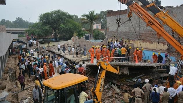 The rescue operation continued for four hours, but all four men who were trapped died.(Sant Arora/HT)