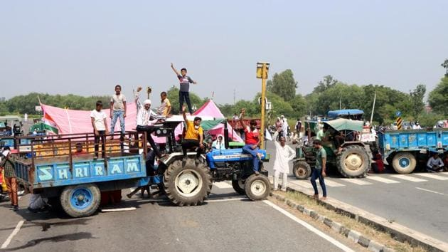 Farmers block the road in protest against the passing of agriculture reform bills in the Parliament, at Rohtak-Chandigarh National Highway, near Brahaman Bass village, in Rohtak, Haryana.(Manoj Dhaka/Hindustan Times)
