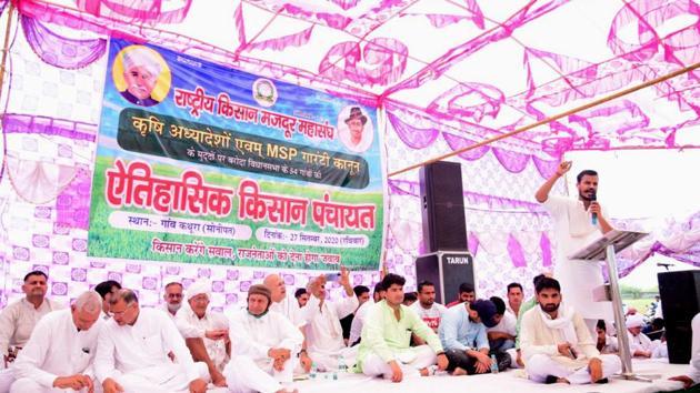 Politicians at the Kisan Mahapanchayat in Baroda's Kathura village on Sunday.(HT Photo)