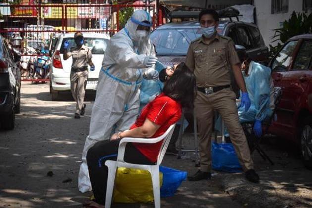 A health worker collects swab samples for coronavirus testing, Hudson Lane, New Delhi, September 27, 2020(Sanchit Khanna/HT PHOTO)