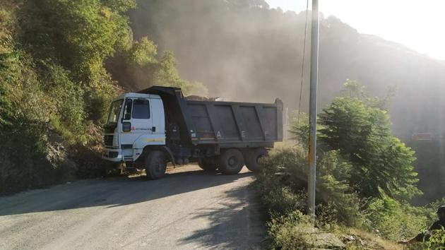 A tipper of the National Highway Authority of India near the landslide-hit site at Kandaghat in Solan district on the Chandigarh-Shimla highway that was repaired before traffic was restored on Tuesday afternoon. The landslide occurred around 9pm on Monday.(HT Photo)