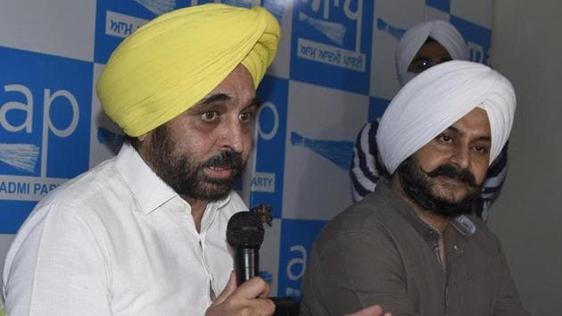 AAP Punjab president Bhagwant Mann addressing the media at party office in Ludhiana on Tuesday.(Gurpreet Singh/HT)