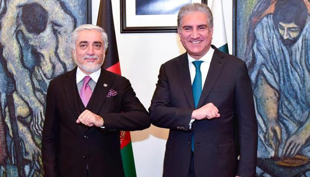 Chairman of the High Council for National Reconciliation of Afghanistan Abdullah Abdullah (L) greets with Pakistani Foreign Minister Shah Mahmood Qureshi (R) at the Ministry of Foreign Affairs in Islamabad.(AFP photo)