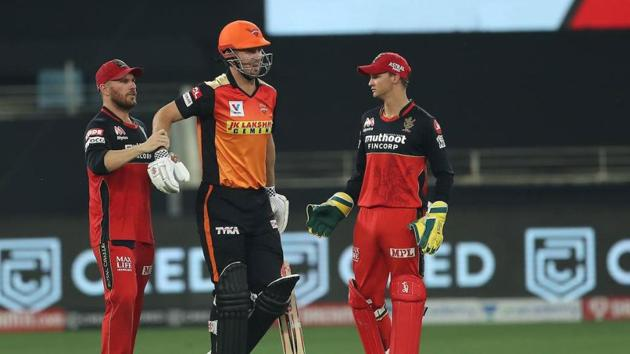 An injured Mitchell Marsh limps off the field against RCB.(IPL/Twitter)