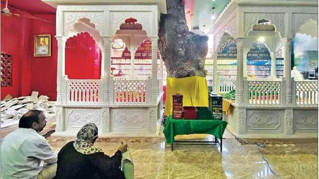 The two parts of the shrine are distinguished by two colours—green for Hare Bhare Shah and red for Sarmad Shahid.(HT Photo)