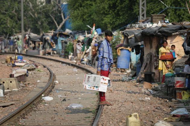 Slum dwellers seen at railway tracks, Sarai Rohilla, New Delhi, September 15, 2020(Sanchit Khanna/HT PHOTO)