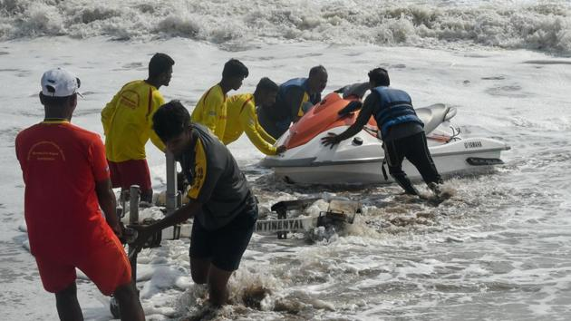 Lifeguards will instead use a bag valve mask a self inflating resuscitation device along with cardiopulmonary resuscitation if necessary to try and revive a patient who has lost consciousness on account of drowning.(Representative image/HT PHOTO)