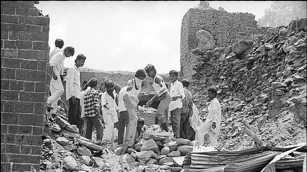 An earthquake of 6.4 magnitude jolted Latur-Osmanabad region on September 30, 1993, killing nearly 10,000 people and injuring thousands of others. Around 52 villages in the region were destroyed in the disaster.(Sanjay Sharma/HT Archives)