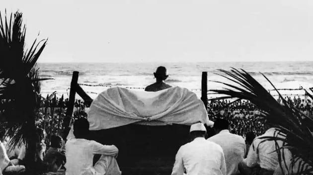 Mahatma Gandhi holding a prayer meeting at Juhu Beach, Mumbai, May 1944.(National Gandhi Museum)
