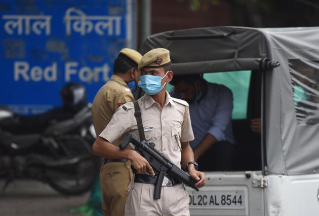 A police official on duty seen outside the Red Fort.(Raj K Raj/HT PHOTO/For Representative Purposes Only)