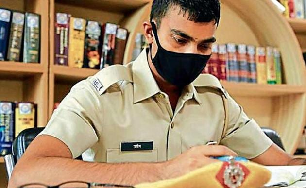 Gurugram Police personnel can now relax in the company of books at this library.(PHOTO: Manoj Verma/HT)