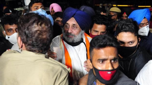 Shiromani Akali Dal (SAD) President Sukhbir Singh Badal is detained by police from his Kisan March at Mullapur entry point in Chandigarh on Thursday.(Ravi Kumar/HT Photo)