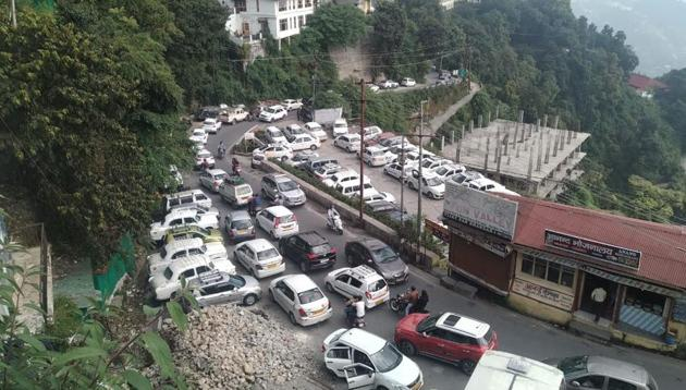 Long queues of tourist vehicles in Mussoorie on Saturday.(HT photo)