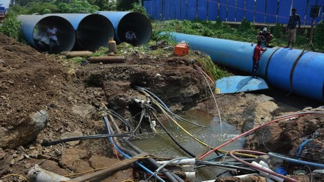 MIDC water pipeline from Katai village to Thane and Navi Mumbai burst at Desai Village near Dombivli Palava City near Sheel-Kalyan Road in Thane late on Friday. Repair work was likely to continue till Saturday evening.(Praful Gangurde/ HT photo)