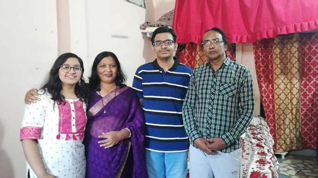 Aditya Jain (with family in pics) got the 24th All India rank in JEE advanced 2020, result of which was announced on Monday.(HT Photo)