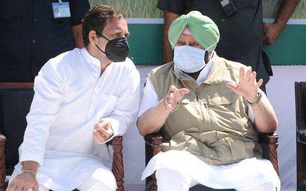 Congress leader Rahul Gandhi and Punjab chief minister Capt Amarinder Singh during a farmers' rally at Bhawanigarh near Sangrur on the second day of the party's Kheti Bachao Yatra on Monday.(Bharat Bhushan/HT)
