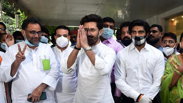 Lok Janshakti Party (LJP) president Chirag Paswan (centre) with other party leaders at his Delhi residence on October 4.(Biplov Bhuyan/HT PHOTO)
