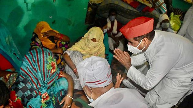 Samajwadi Party leaders meet the family members of a 19-year-old Dalit woman who died after being allegedly gang raped in Hathras.(PTI)