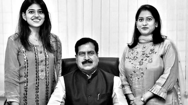 Suresh Angadi flanked by daughters, Shraddha (left) and Spoorti.(Photo by arrangement)