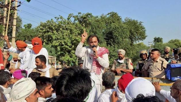 Swaraj India chief Yogendra Yadav addresses farmers protesting against the new farm bills in Sirsa .(PTI Photo)