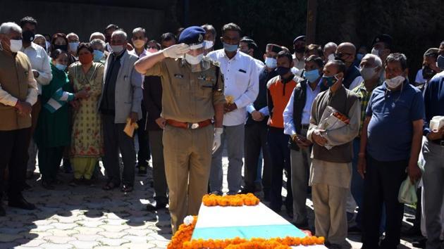 Himachal Pradesh director general of police Sanjay Kundu paying tributes to former governor of Manipur and Nagaland and ex-CBI director Ashwani Kumar before the cremation at Sanjauli in Shimla on Thursday. Kumar was also a former Himachal Pradesh Police chief.(Deepak Sansta/HT)