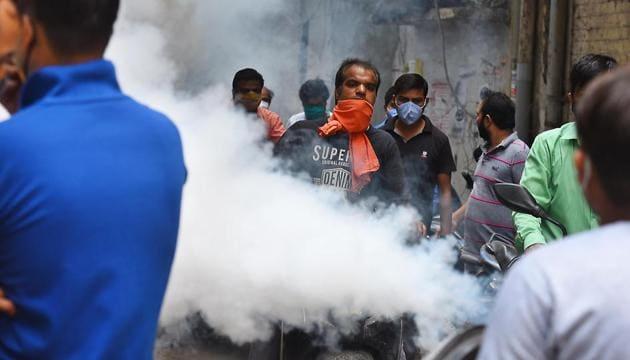 An MCD worker fumigates the Laxmi Nagar Market area as a preventive measure against the spread of dengue, malaria and chikungunya, in New Delhi, India, on Wednesday, September 23, 2020.(Raj K Raj/HT PHOTO)