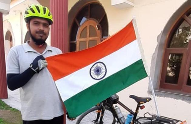 An engineering drop-out from Sonepat's Gohana block, Neeraj Prajapati, has cycled more than 18,500km in Haryana, Punjab and Rajasthan.(HT PHOTO)