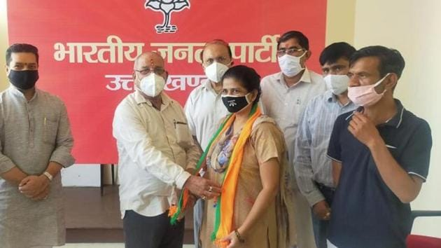 Shayara Bano joining BJP at the party's state headquarters in the presence of state unit president Bansidhar Bhagat (left) in Dehradun on Saturday.(HT PHOTO.)