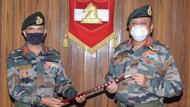 Lt Gen MV Suchindra Kumar (left), the new GOC of 16 Corps taking over the charge from outgoing GOC Lt Gen Harsha Gupta.(HT PHOTO)