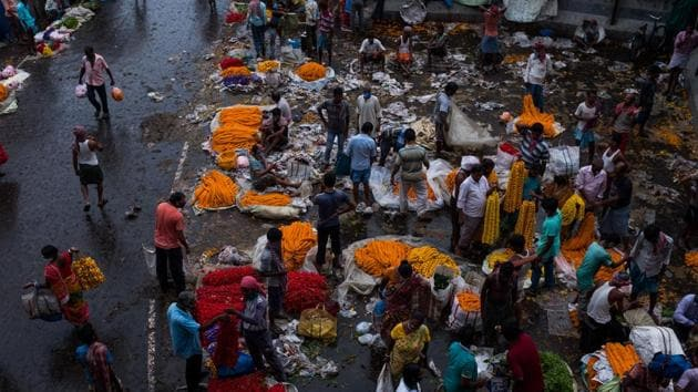 Customers buy garlands from vendors at Mullick Ghat flower market in Kolkata. Data released by the National Statistical Office on Monday showed retail inflation had risen to 6.69% in August.(Bloomberg)