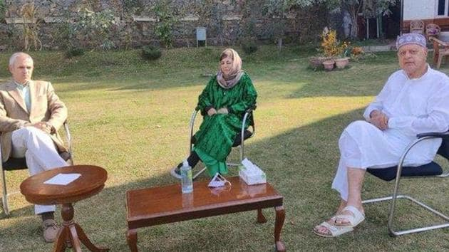 Dressed in her trademark green color, Mehbooba Mufti spent the day at her Gupkar residence meeting her party leaders and supporters who had come from various parts of the valley. (Photo @OmarAbdullah)