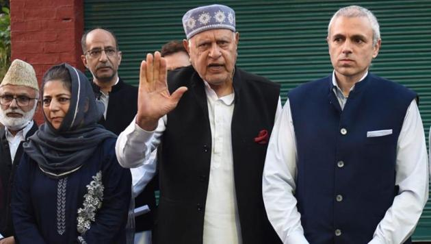 :National Conference President and Member Parliament Faroq Abdullah with his son former chief minister Omar Abdullah and other Peoples Democratic Party's (PDP) president and former chief minister Mehbooba Mufti during a joint press conference on October 15, 2020 in Srinagar, India.(Photo by Waseem Andrabi/ Hindustan Times)