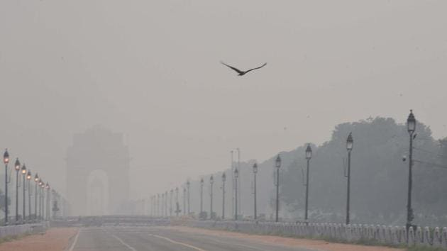 Mist and Pollution shroud India Gate on a smoggy day, at Rajpath in New Delhi on October 14, 2020.(Arvind Yadav/HT Photo)