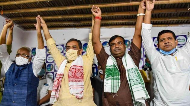 Vikassheel Insan Party (VIP) leader Santosh Kushwaha with Rashtriya Lok Samata Party (RSLP) chief Upendra Kushwaha after joining RLSP during a press conference in Patna on Monday.(PTI PHOTO.)