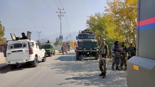 Security personnel stand guard in Pulwama.(ANI File Photo)