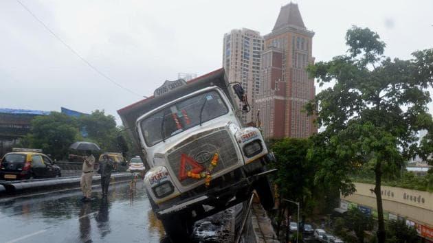 A major accident at Lalbaug flyover in Mumbai.(HT PHOTO)