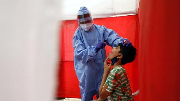A health worker working at one of the Covid-19 testing centre at Katraj in Pune.(HT photoi)