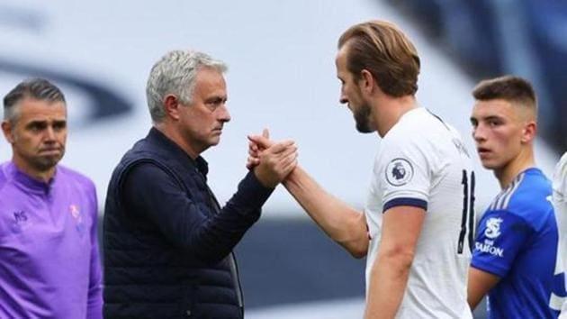 Tottenham Hotspur manager Jose Mourinho celebrates with Harry Kane.(Pool via REUTERS)